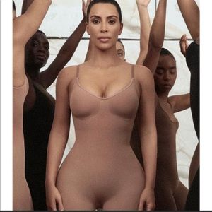 SKIMS Sculpting Bodysuit Mid Thigh Size S/M NWOT